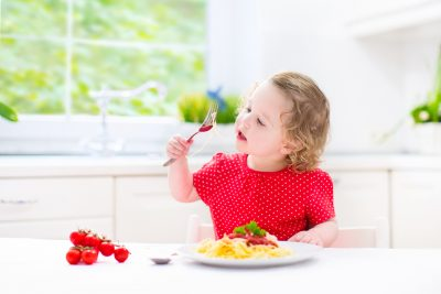 ילדה אוכלת פסטה